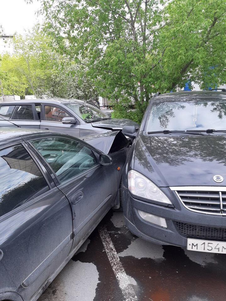 В Тюмени неадекват разбил 7 машин, угнал «Яндекс такси» и набросился на автомобиль ДПС Авто