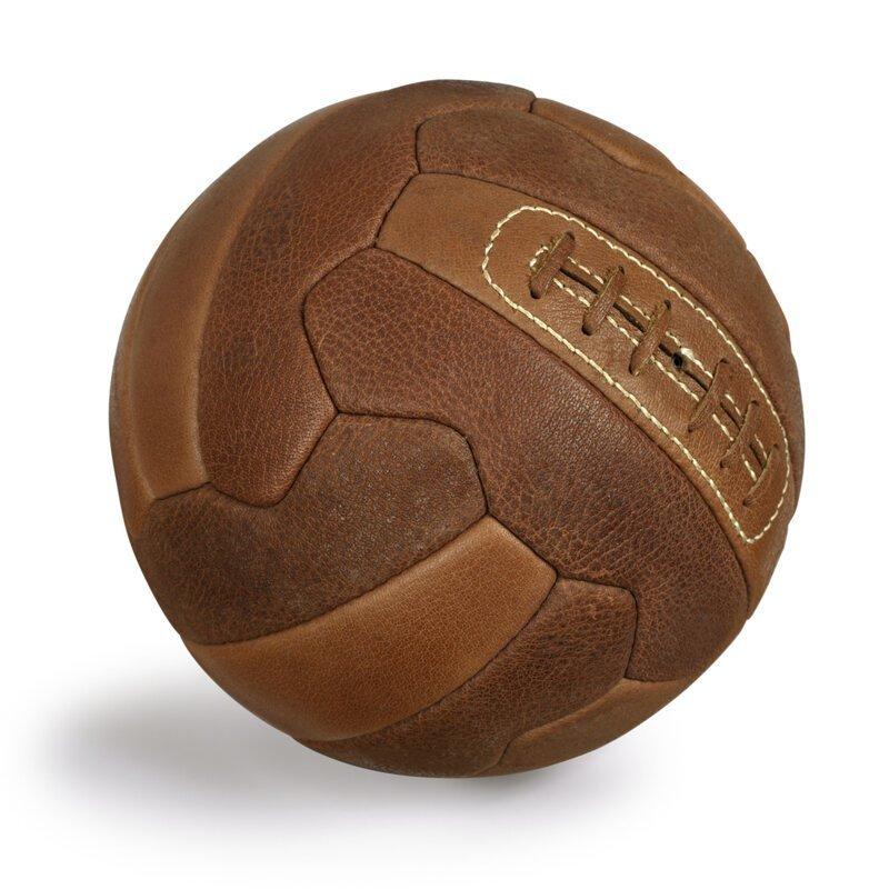 Почему футбольный мяч черно-белого цвета?   Интересное