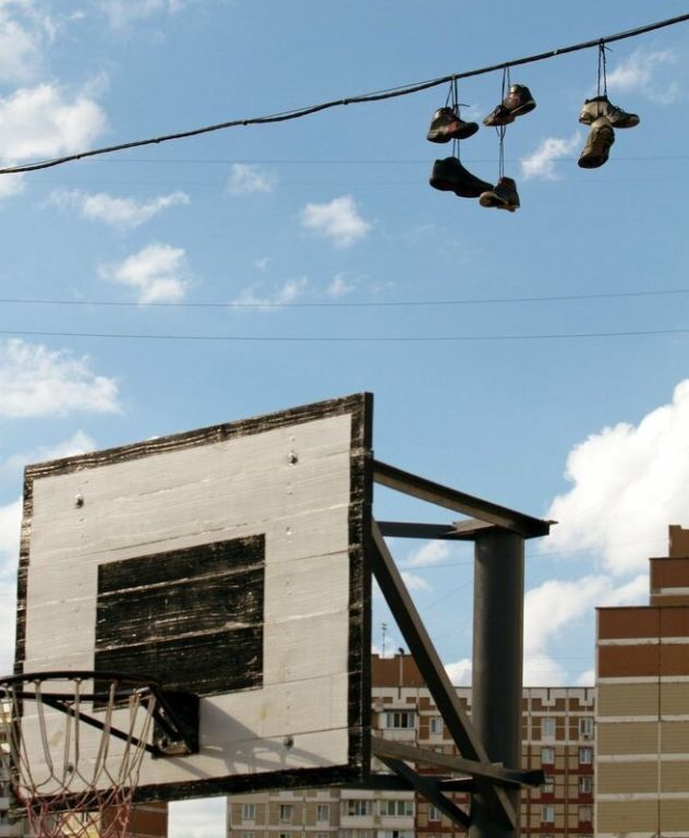 Зачем вешают кроссовки на провода? Интересное