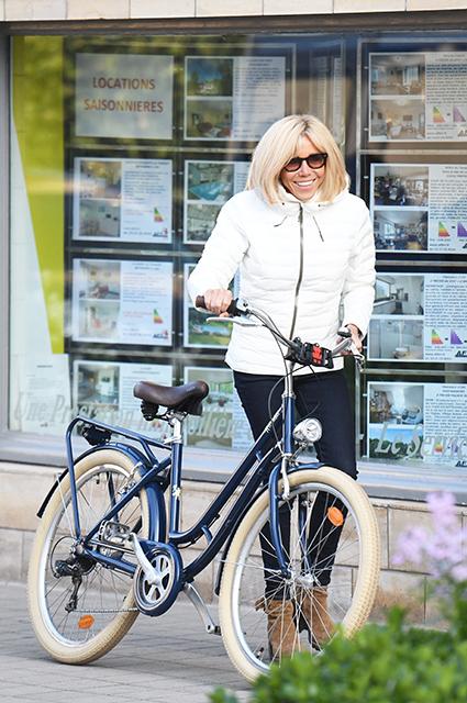 Брижит Макрон на велопрогулке в курортном городе Ле-Туке Звездный стиль