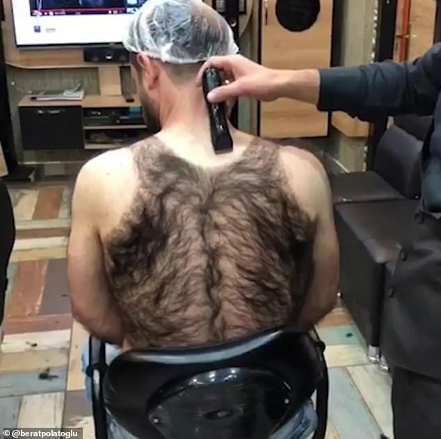 Турецкий парикмахер готовит сограждан к курортному сезону