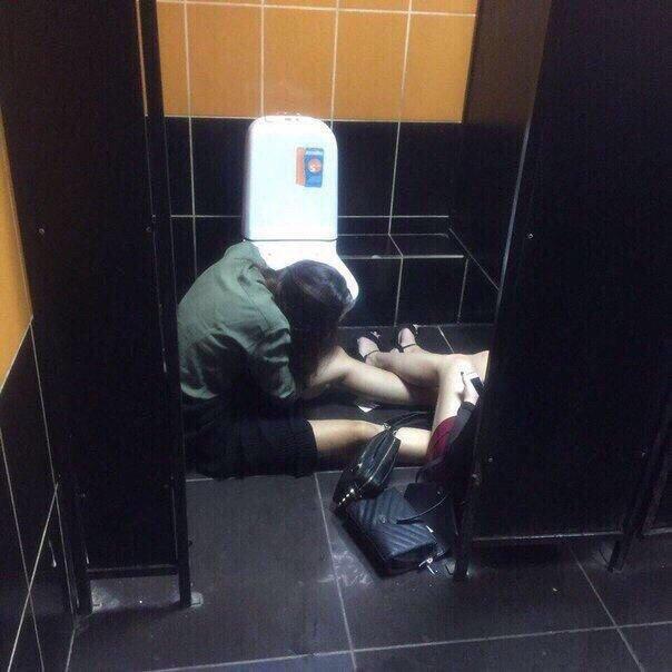 Теперь все ясно: почему девушки не могу ходить в туалет одни прикольные картинки,юмор